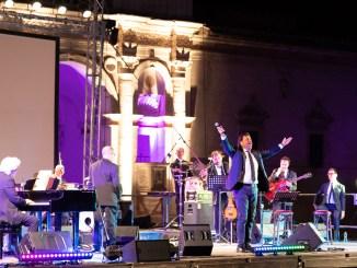 Christian De Sica affascina il pubblico di Piazza Duomo