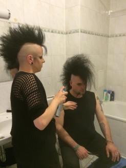 Izzie schon wieder als Hairstylist, diesmal beim Raben.