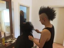 Izzie als Hairstylist.