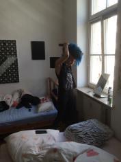 Toya macht sich die Haare schön.