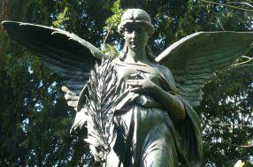 Engel mit Feder.