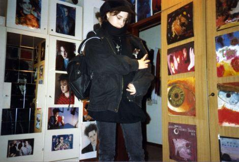 Die Wände sind mit den Postern der musikalischen Idole bedeckt. Robert Smith dominiert und Caro kleidet sich immer schwärzer - Gothic Berlin Bild #2