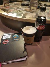Nachdem ich mich an der Schulklasse vorbeigeschlängelt habe, genehmige ich mir in Brüssel einen Kaffee und meine Kladde, um ein paar Gedanken loszuwerden.