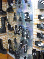 Im Dark Angel gab es 2010 noch eine reichhaltige Auswahl an szenigen Schuhen. Fantasy-Shoes, Pennangalan, alles da!
