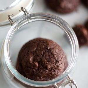 These Deep Dark Chocolate Chip Cookies are an indulgent treat for all you chocoholics! This is the ultimate dark chocolate cookie, made richer with semi-sweet chocolate chips. No hand-held or stand mixer needed. | SpoonfulOfButter.com