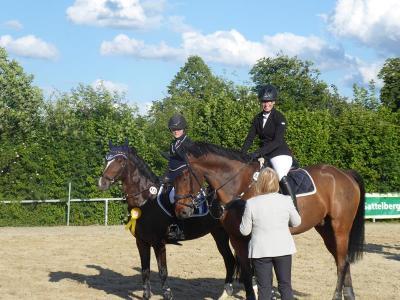 Doppelsiege für Fröndenberger Reiterinnen zum Auftakt des Sommerturniers