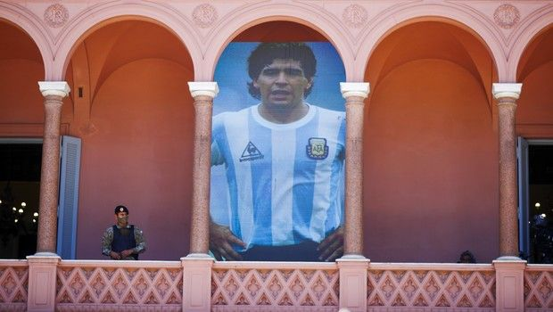 Εικόνες από τον αποχαιρετισμό του κόσμου προς τον Ντιέγκο Αρμάντο Μαραντόνα