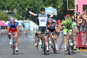 Cavendish su Viviani nella prima tappa del Giro 2013 (da gazzetta.it)