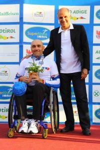 Luca Mazzone, in occasione della premiazione a Merano, leader di Coppa Paraciclismo per gli MH1
