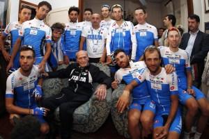 Alfredo Martini attorniato dagli azzurri di Paolo Bettini