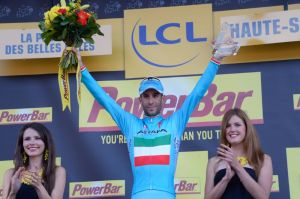 Nibali sul podio della 10^ tappa del Tour 2014 prima di indossare la maglia gialla (foto ASO/B.Bade)