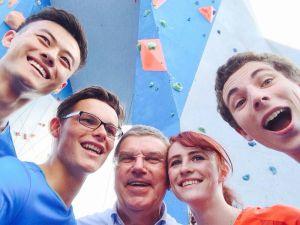 Il presidente IOC Bach con alcuni climbers