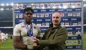 6 Nazioni 2016 Twickenham Stadium, London, England 12/3/2016 England vs Wales England's Maro Itoje receives the RBS 6 Nations Man of the Match award from Paul Kembery Mandatory Credit ©INPHO/Billy Stickland