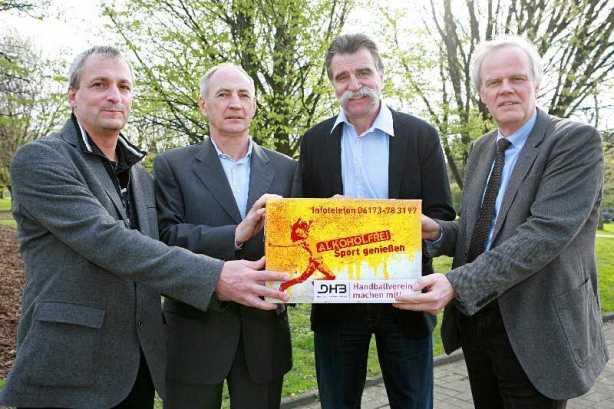 DHB: Georg Clarke (DHB-Vize Jugend, Bildung und Schule), Bernhard Bauer, Heiner Brand und Peter Lang mit Aktionsbox - Foto: BZgA