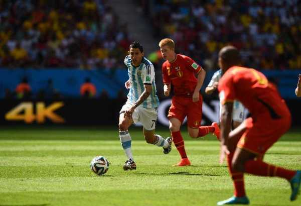 FIFA WM 2014: Argentiniens kompakter Erfolgs-Fußball besiegt souverän Belgien bei sehr guter Schiedsrichterleistung - Angel di Maria of Argentina and Kevin De Bruyne of Belgium compete for the ball during the 2014 FIFA World Cup Brazil Quarter Final match between Argentina and Belgium at Estadio Nacional on July 5, 2014 in Brasilia, Brazil. (Photo by Matthias Hangst/Getty Images for Sony)