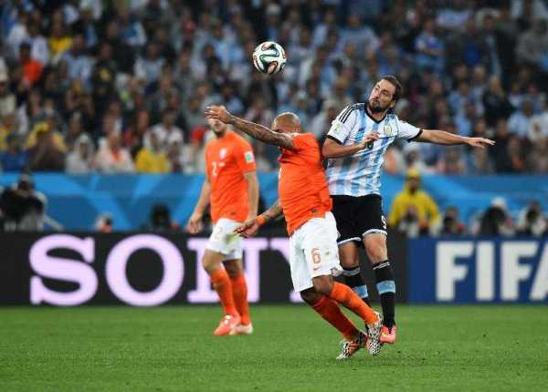 Fußball FIFA WM 2014: Argentinien siegt im Elfmeter-Krimi gegen die Niederlande und fordert Deutschland im WM-Finale heraus - Nigel de Jong of the Netherlands and Gonzalo Higuain of Argentina compete for the ball during the 2014 FIFA World Cup Brazil Semi Final match between the Netherlands and Argentina at Arena de Sao Paulo on July 9, 2014 in Sao Paulo, Brazil. (Photo by Matthias Hangst/Getty Images for Sony)