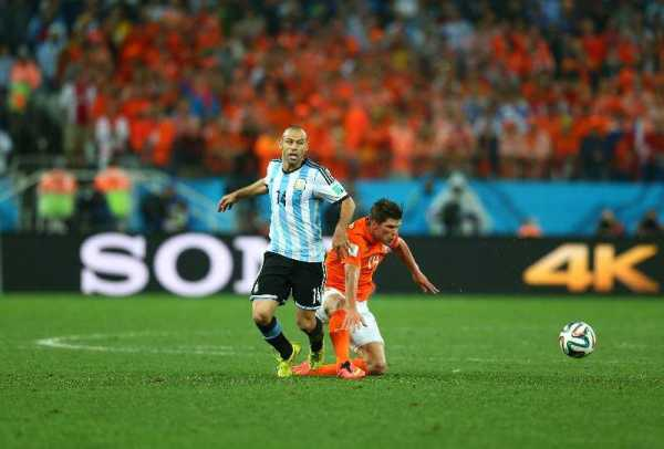 Fußball FIFA WM 2014: Argentinien siegt im Elfmeter-Krimi gegen die Niederlande und fordert Deutschland im WM-Finale heraus - Javier Mascherano of Argentina and Klaas-Jan Huntelaar of the Netherlands comepte for the ball during the 2014 FIFA World Cup Brazil Semi Final match between the Netherlands and Argentina at Arena de Sao Paulo on July 9, 2014 in Sao Paulo, Brazil. (Photo by Ronald Martinez/Getty Images for Sony)
