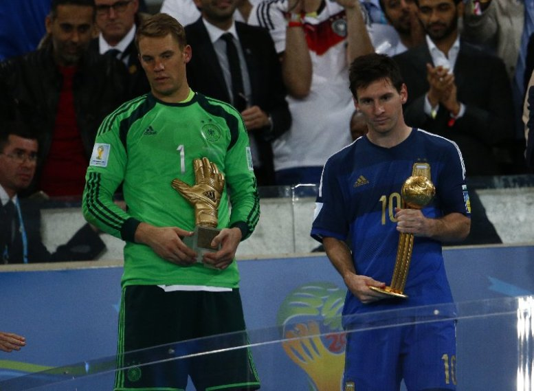 "Fußball FIFA WM 2014: Vierter Weltmeister-Stern für Deutschland nach genialem Götze-Moment – Lionel Messi mit ""Goldenem Ball"" - Manuel Neuer of Germany receives the Golden Glove and Lionel Messi of Argentina receives the Golden Ball after the 2014 FIFA World Cup Brazil Final match between Germany and Argentina at Maracana on July 13, 2014 in Rio de Janeiro, Brazil. (Photo by Clive Rose/Getty Images for Sony)"