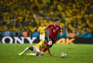 Fußball FIFA WM 2014: Lionel Messi, James Rodriguez und Manuel Neuer sind die besten WM-Fußballer - James Rodriguez of Colombia and Paulinho of Brazil compete for the ball during the 2014 FIFA World Cup Brazil Quarter Final match between Brazil and Colombia at Castelao on July 4, 2014 in Fortaleza, Brazil. (Photo by Jamie McDonald/Getty Images for Sony)