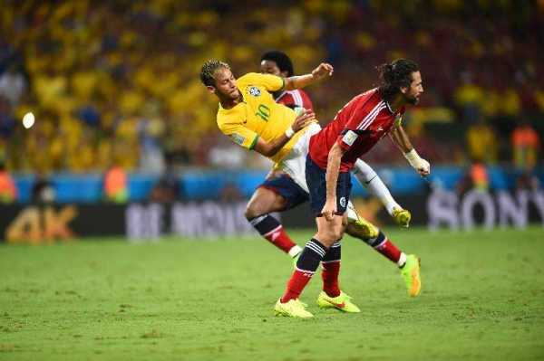 """WM-Einsichten: Besiegt Deutschlands """"brasilianische"""" Spielweise Brasiliens WM-Träume und eigenes Halbfinal-Trauma? Der Teamcheck - Foto: Neymar of Brazil and Mario Yepes of Colombia compete for the ball during the 2014 FIFA World Cup Brazil Quarter Final match between Brazil and Colombia at Castelao on July 4, 2014 in Fortaleza, Brazil. (Photo by Laurence Griffiths/Getty Images for Sony)"""