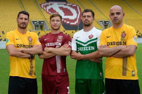 Dynamo-Profis Cristian Fiel, Robert Koch und Benjamin Kirsten sowie Enrico Prach, erster Vorsitzender der Fangemeinschaft Dynamo (v.l.) - Foto: Dynamo Dresden
