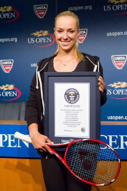 Sabine Lisicki erhielt den GUINNESS WORLD RECORDS™ Titel für den schnellsten Tennis-Aufschlag im Frauen-Tennis - Foto: Philip Robertson/Guinness World Records