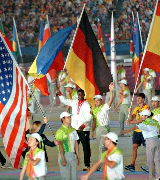 Olympische Jugendspiele Nanjing 2014: Schlussfeier als Fest der Farben, Klänge und Lichter - Beim Einmarsch hatte Peter Kadiru die Fahne in der Hahn und seine Goldmedaille um den Hals - Foto: DOSB