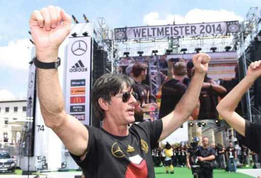 Fußball WM 2014: DEUTSCHLANDS Weltmeister-HELDEN in Berlin – Impressionen von der Fan-Meile am Brandenburger Tor mit Joachim Löw - Foto: DFB / Getty-Images