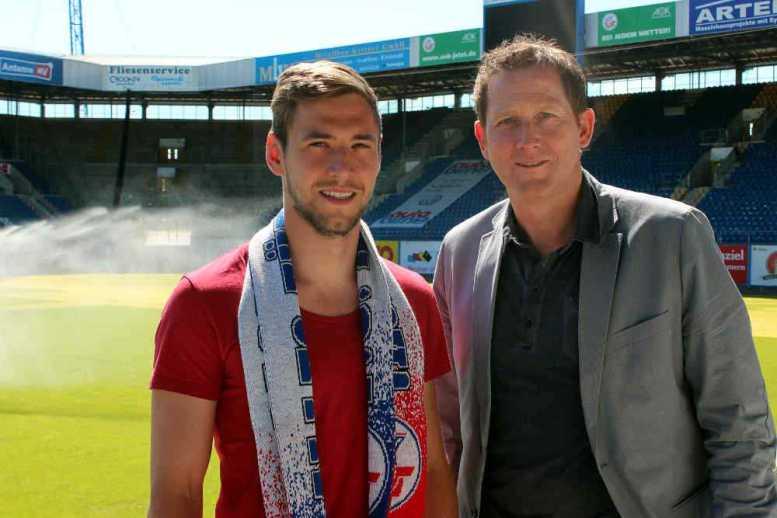Der Sportdirektor des F.C. Hansa Rostock Uwe Klein (re.) begrüßt Neuzugang Maik Baumgarten im Ostseestadion - Foto: F.C. Hansa Rostock