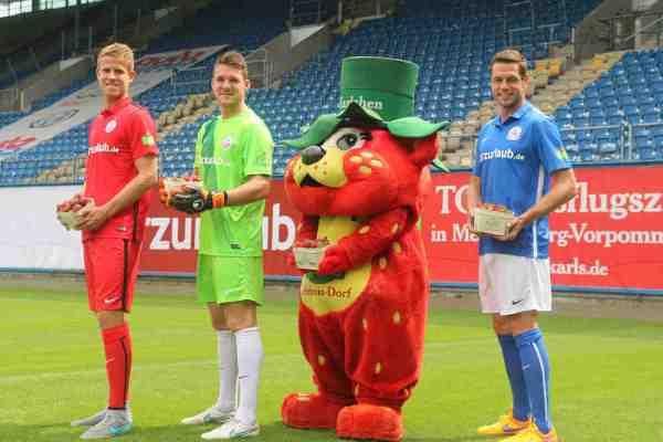 "Tommy Grupe (v.l.), Marcel Schuhen, ""Karlchen"" und Matthias Henn - Foto: FC Hansa Rostock"