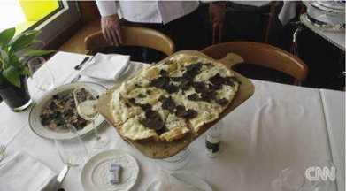Die beruehmte Trueffelpizza - Foto: CNN International Alpine