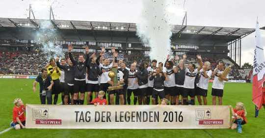 Tag der Legenden: Otto Rehhagel führt Deutschland zum Sieg - Foto: Norbert Gettschat