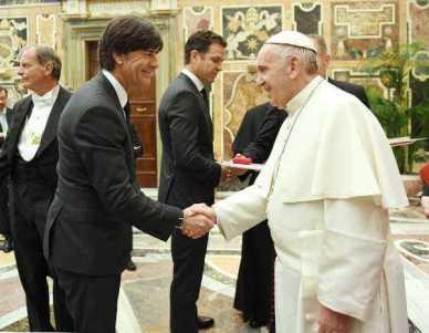 Bundestrainer Joachim Löw - Deutschlands Fußball-Helden bei Papst Franziskus im Vatikan - Foto: GES-Sportfoto