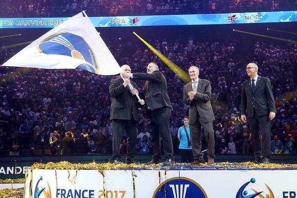 """Andreas Michelmann übernahm die IHF-WM-Fahne für die Männer-WM 2019 in Deutschland und Dänemark - DHB-Präsident Andreas Michelmann im SPORT4FINAL-Interview: """"Handball Frauen WM in Deutschland hat großen Stellenwert für uns"""" - Foto: France Handball"""
