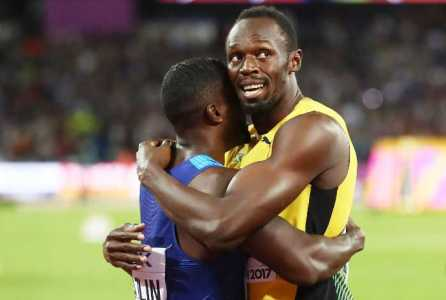 Leichtathletik WM 2017 London - AUGUST 05: Usain Bolt of Jamaica hugs Justin Gatlin of the United States following Gatlin's win in the Men's 100 metres final in 9.92 seconds during day two of the 16th IAAF World Athletics Championships London 2017 at The London Stadium on August 5, 2017 in London, United Kingdom. (Photo by Alexander Hassenstein/Getty Images for IAAF) - Foto: © Getty Images for IAAF