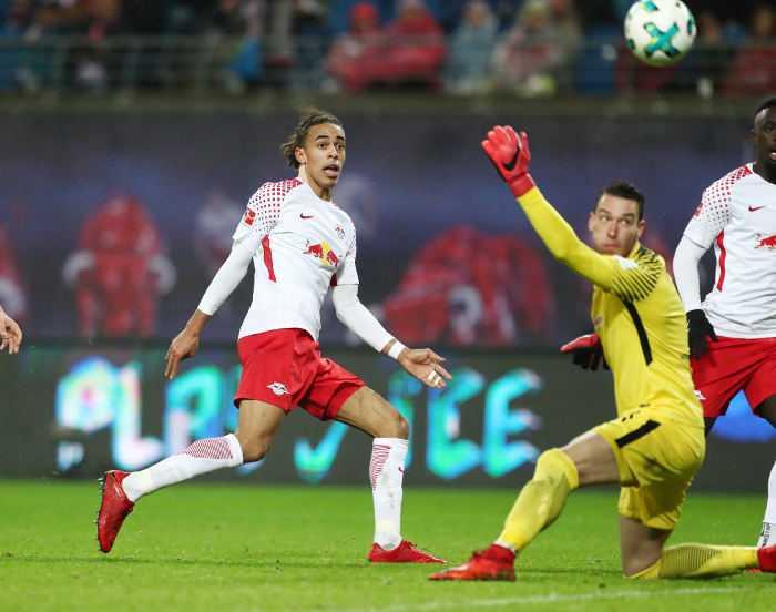 Deutsche Bundesliga, RasenBallsport Leipzig vs. SV Werder Bremen - Yussuf Poulsen (RB Leipzig) und Jiri Pavlenka (Bremen) - Foto: GEPA pictures/Roger Petzsche