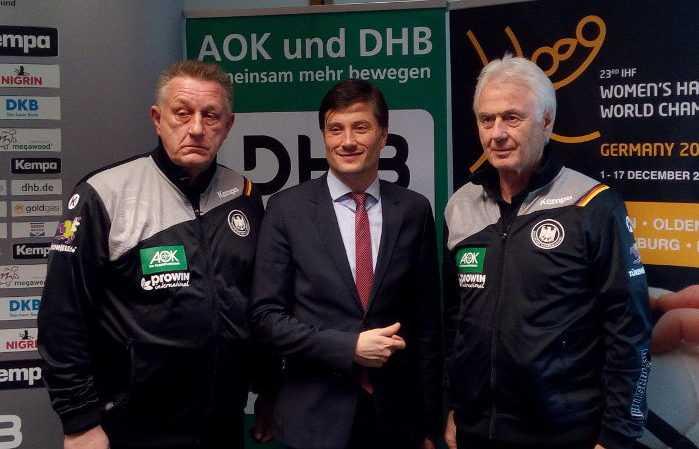 Michael Biegler (Bundestrainer), Heiko Rosenthal (Sportbürgermeister Leipzig) und Wolfgang Sommerfeld - Handball WM 2017 Deutschland - DHB-Pressekonferenz am 29.11.2017 in Leipzig - Foto: SPORT4FINAL