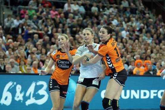 Lois Abbingh, Alicia Stolle, Yvette Broch - Handball WM 2017 - Deutschland vs. Niederlande - Foto: Jansen Media