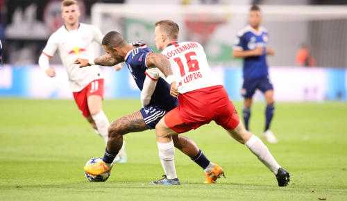 Fußball UEFA Champions League, RasenBallsport Leipzig vs. Olympique Lyon. Memphis Depay (Lyon) und Lukas Klostermann (RB Leipzig) - Foto: GEPA pictures / Sven Sonntag