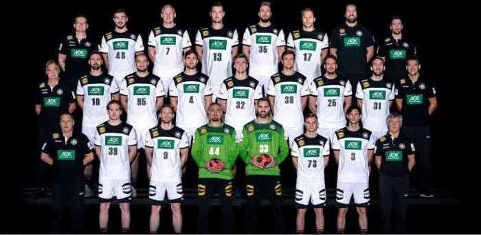 Handball EM -Deutschland - Männer Nationalmannschaft - Hinten von links: Phyisotherapeut Sven Raab, Jannik Kohlbacher, Patrick Wiencek, Hendrik Pekeler, Julius Kühn, Steffen Weinhold, Teammanager Oliver Roggisch, Bundestrainer Athletik David Gröger. Mitte: Teamarzt Dr. Kurt Steuer, Fabian Wiede, Paul Drux, Johannes Golla, Franz Semper, Fabian Böhm, Kai Häfner, Marcel Schiller, Bundestrainer Christian Prokop. Unten: Teamkoordinator Volker Schurr, Lukas Stutzke, Tobias Reichmann, Dario Quenstedt, Andreas Wolff, Timo Kastening, Uwe Gensheimer, Physiotherapeut Reinhold Roth. - Foto: Sascha Klahn/DHB