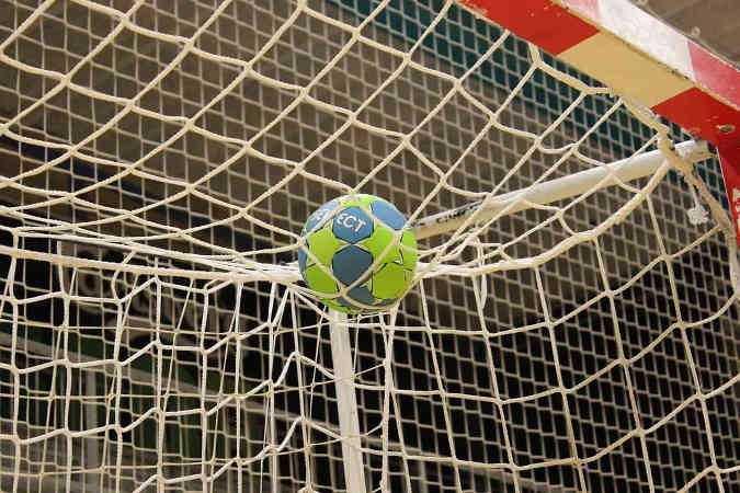 Handball - Copyright: https://pixabay.com/de/photos/ball-handball-ausbildung-ziel-1930198/ - Lizenz: Pixabay Licence. Bild vonJeppeSmedNielsenaufPixabay.