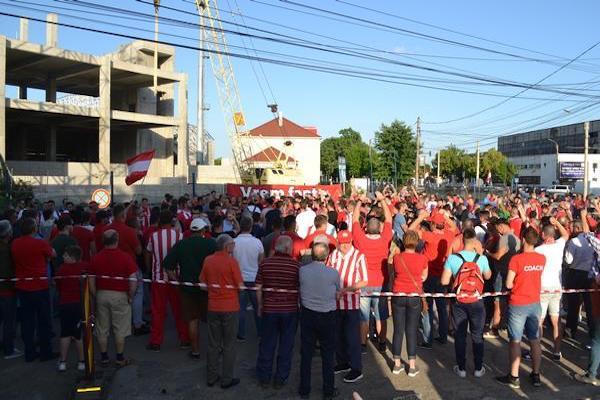 """Circa 400 de utiști l-au înjurat pe Falcă la așa zisa inaugurare a stadionului """"Francisc Neuman"""""""
