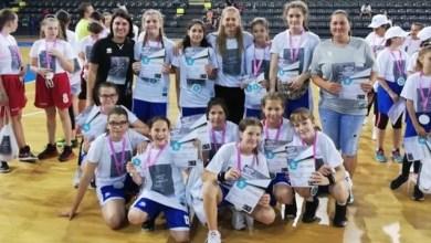"""Photo of Tinerele baschetbaliste arădene au făcut-o mândră pe Moni Brosovszky, ambasadoarea proiectului """"Her world, her rules"""" în România"""