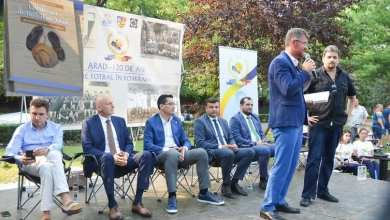 """Photo of Volumul """"120 de ani de fotbal în Arad – Amintiri dintr-un vis nesfârșit"""", lansat în prezența cremei fotbalului românesc + FOTO"""