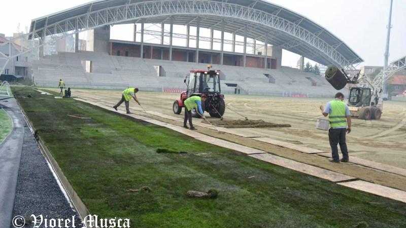 """Montarea gazonului de pe arena """"Francisc Neuman"""" a început doar: """"Din respect pentru cetățenii Aradului și pentru fotbal"""" + FOTO"""