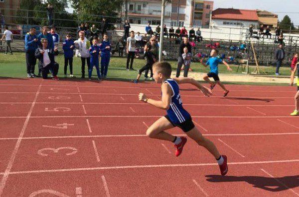 """Zeci de copii şi juniori se vor întrece pe """"Gloria"""" la Cupa Aradului la atletism"""