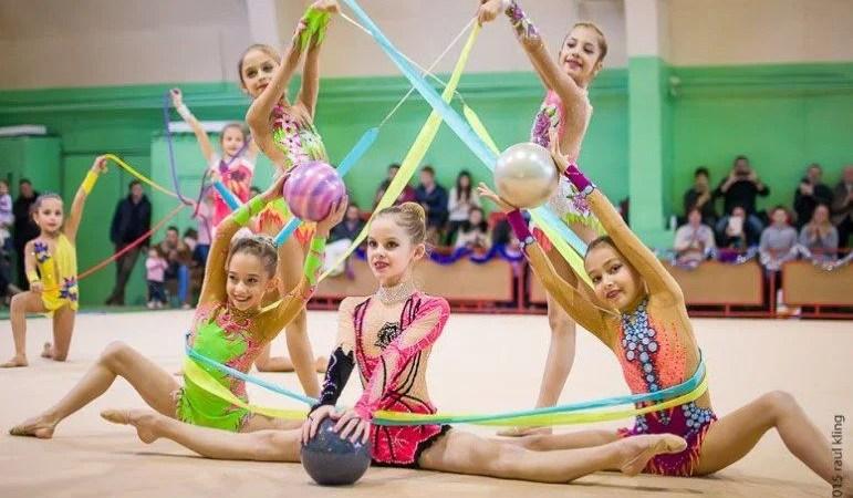 """Antrenamente online pentru gimnastele arădene de la ritmică: """"Ne adaptăm vremurilor şi condiţiilor"""""""