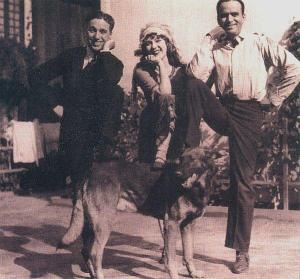 Чарли Чаплин, Мэри Пикфорд и Дуглас Фэрбенкс вместе с малинуа на съемочной площадке, 1921 г.