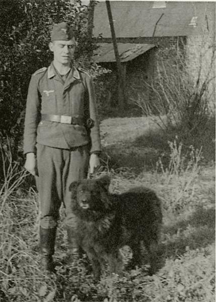 II мировая - германский солдат с конфискованным грюнендалем