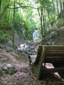 verträumter Wasserfall im Wald